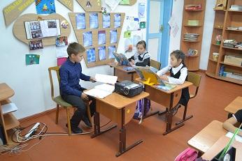 Сегодня в нашей школе прошел День учителя. Традиционного старшие ученики проводили у младших уроки.
